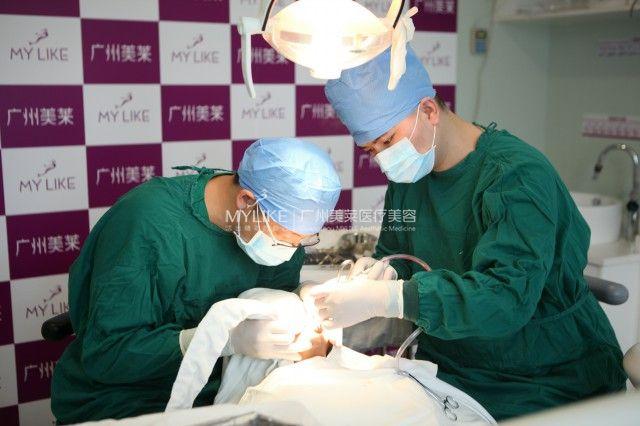 美莱医生为无牙爸爸进行种植牙手术